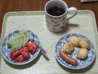 4/22 朝食 キウイ、いちご、豆乳ヨーグルト、ウィンナー、おからポンデケージョ、コーヒー