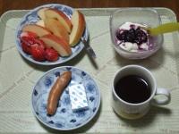 4/23 朝食 りんご、いちご、豆乳ヨーグルト、ウィンナー、コーヒー