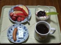 4/24 朝食 りんご、いちご、豆乳ヨーグルト、ウィンナー、コーヒー