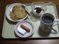 4/25 朝食 バナナパンケーキ、豆乳ヨーグルト、ウィンナー、コーヒー