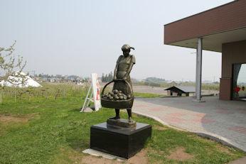 5/2 リンゴを運ぶ少女の銅像  りんご公園  弘前市