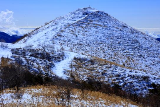 雪をかぶった飯盛山