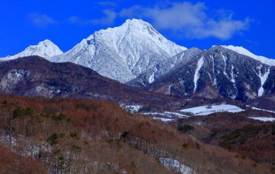 春の雪に覆われた赤岳