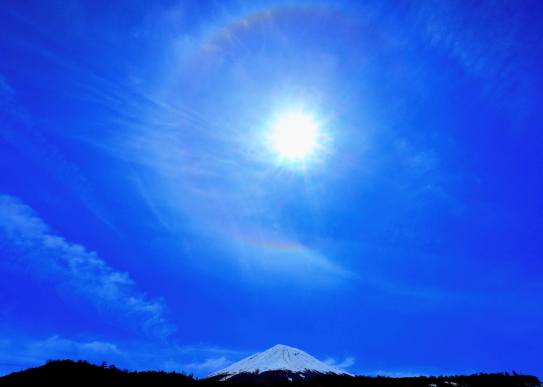 霊峰御嶽山を彩る光冠と雲.