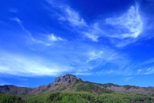男山を彩る青空の雲