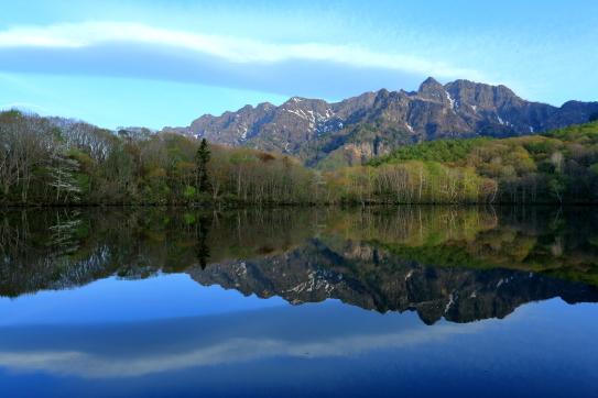 鏡池に映える戸隠西岳と雲