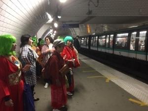 ポンピドーセンター前でのパフォーマンスに向かう地下鉄の中で