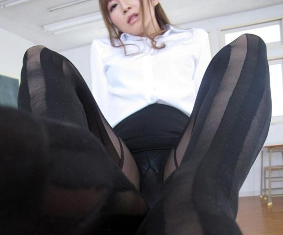 美人過ぎるエロ女教師がムチムチのパンスト美脚で足コキのサンプル足フェチDVD画像2
