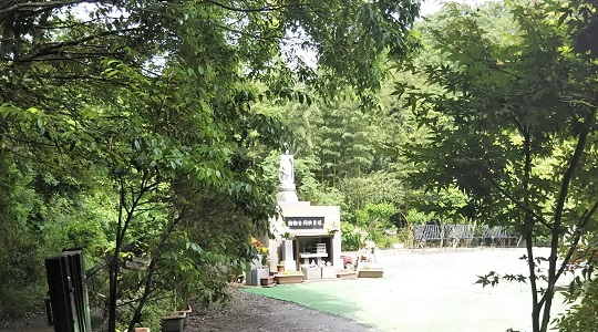 竹やぶを進むとペットの共同墓地