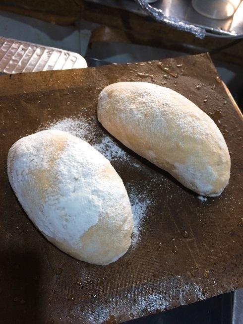 成型、ホイロ済みパン生地。