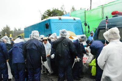 DalLdU9U8AA37vk100台以上の工事車両が雨の中
