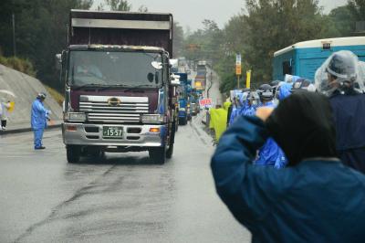 DalLdU9VwAE-7-s100台以上の工事車両が雨の中