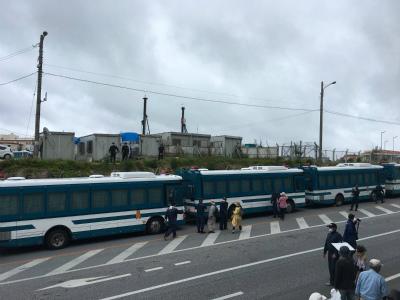 DbiIkiKU8AABRf歩道に機動隊のバスをずらっと並べ