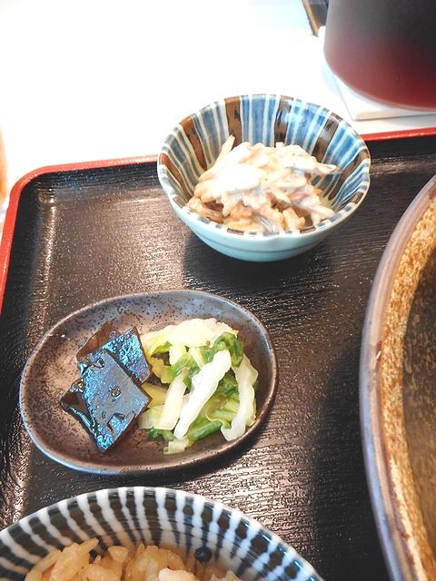 セットの小鉢と漬物