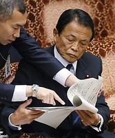 参院予算委員会で答弁に臨む麻生太郎副総理兼財務相=16日午後、国会内