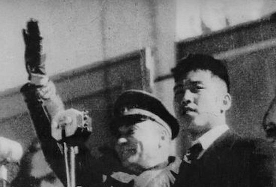 後継人のソ連軍司令官ロマネンコ小将と金日成(ソ連軍大尉・金成柱)