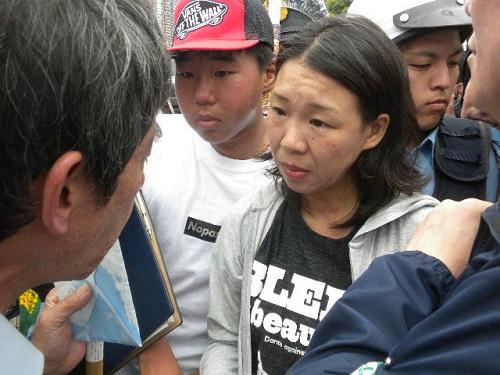 在日朝鮮人の崔江以子(チェ・カンイヂャ)母子が主催者に的外れな内容の手紙を渡して抗議…
