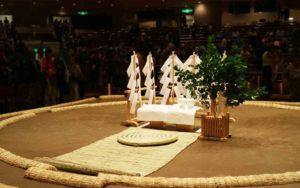 大相撲は神迎えの儀式によって神を土俵に降ろし、15日間とどまってもらうように整えます