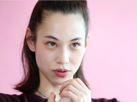 水原希子「『日本人じゃない』と批判され、あの時は2週間泣きました」