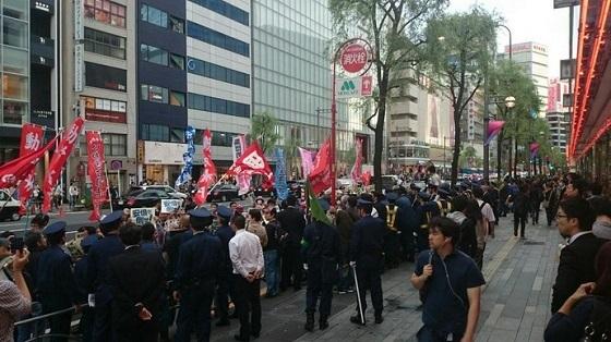平成26年(2014年)11月2日午後、東京都千代田区内で、朝鮮人が多数いる殺人テロ集団「中核派」が主催した「全国労働者総決起集会」後のデモ行進で、規制中の機動隊員3人を殴ったり、制帽をつかみ取ったりし、中核