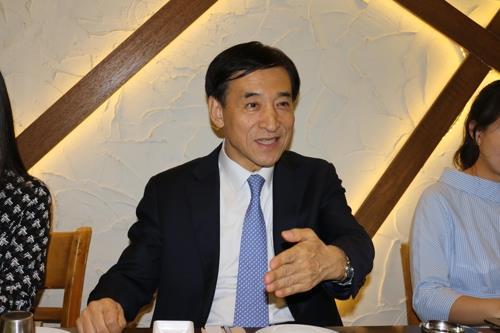 【マニラ聯合ニュース】韓国銀行(中央銀行)の李柱烈(イ・ジュヨル)総裁は、金融危機時にドルなどを融通し合う韓日通貨交換(スワップ)の再開に向け努力すると表明した上で、今後このための協議が始まるとの見方