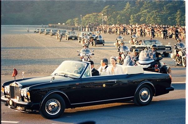 平成の即位礼正殿の儀後のパレードの様子。両陛下がオープンカーに乗っている=1990年11月12日、皇居前広場