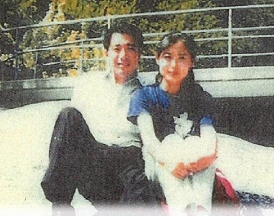 国会議員になって既に結婚もしていたが、平成11年(1999年)に国会を抜け出し北朝鮮を訪問し、ハニートラップにかかっていた前原誠司