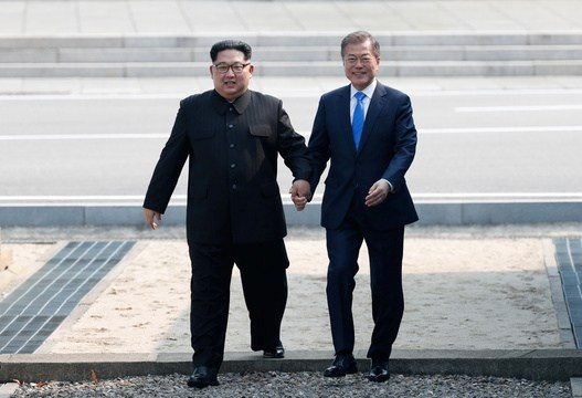 金氏は徒歩で境界線を越え、韓国側の砂利を踏みしめた後、文氏を促し、手をつないでいったん北朝鮮側に戻る「サプライズ」を演出、和やかなムードで幕を開けた。