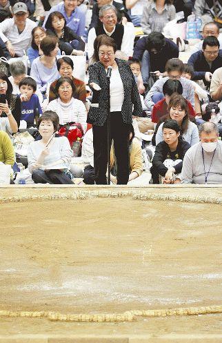 宝塚市長、土俵下で「悔しい。変えていくべき」