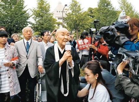 2015年6月18日、瀬戸内寂聴は安全保障法制に反対して座り込みを続けていた連中に「現在の日本は表面上は平和に見えますが、すぐ後ろに軍靴の音が聞こえている。安倍首相のやり方は、憲法9条を壊して、日本を再び戦争