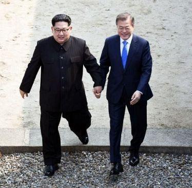 金正恩と文在寅、南北詐欺師のキムチ悪い手つなぎ!