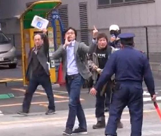 <新社会運動 春の断韓祭り in 帝都に罵声を浴びせ中指を立てる しばき隊=NHKディレクターの今理織(2015年4月12日)>