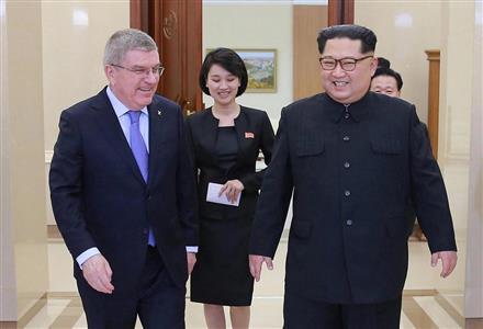IOCのバッハ会長に笑顔をみせる金正恩氏(ロイター)