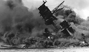 1941年12月7日(現地時間、日本時間8日)、日本海軍の攻撃により沈没する戦艦アリゾナ