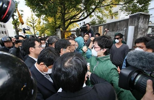 京都大学熊野寮へ捜査に入る警察関係者らとそれを阻止しようとする学生ら=兵営26年11月13日午後2時22分、京都市左京区