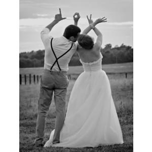 結婚式写真ポーズ_ユニーク_おちゃめ_かわいい_手でLOVEサイン