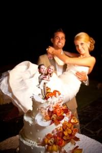 結婚式写真ポーズ_ユニーク_おちゃめ_ケーキトッパーと同じポーズ