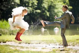 結婚式写真ポーズ_雨の日_ユニーク_おちゃめ_かわいい_手でLOVEサイン