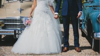 結婚式写真ポーズ_顔映らない_ユニーク_おちゃめ_かわいい_手でLOVEサイン