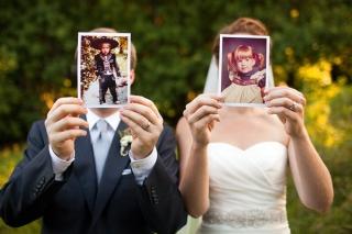 結婚式写真ポーズ_子供の頃の写真_顔を隠す