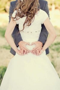 結婚式写真ポーズ_背中でハート_ユニーク