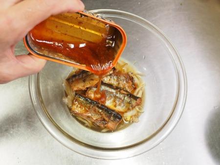 サンマ蒲焼缶詰の柳川丼039