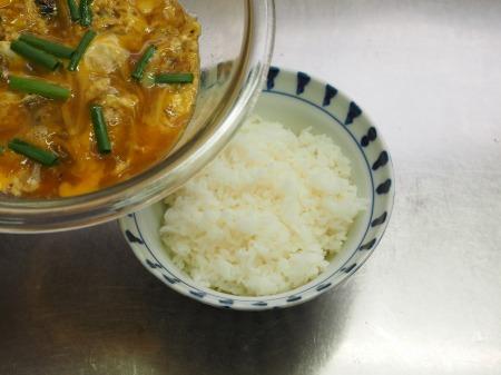 サンマ蒲焼缶詰の柳川丼049