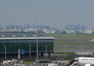 羽田から東京スカイツリーを望む