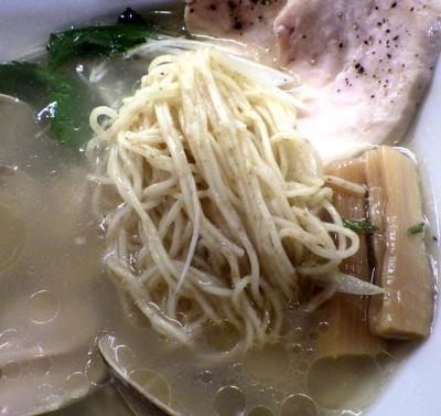 醤油と貝と麺 そして人と夢 鳥と蛤の塩そば(麺のアップ)