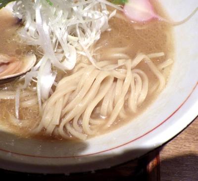 麺と心 7 蛤白湯ラーメン(麺のアップ)