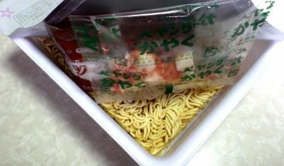 5/21発売 ペヤング 鮭とポテトのチーズ味やきそば(内容物)