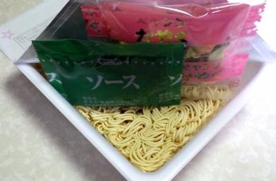4/16発売 ペヤング すっぱからMAXやきそば(内容物)