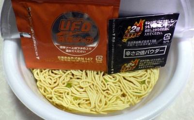 4/23発売 日清焼そば U.F.O. 濃厚激辛ソース焼そば(内容物)