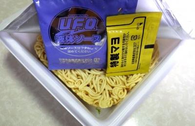 5/21発売 日清焼そば U.F.O. 極太 テリヤキ&マヨ(内容物)